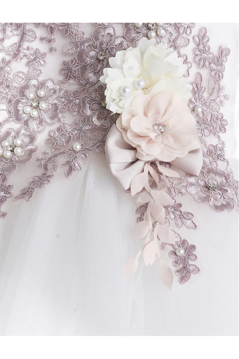 Пышное платье с брошью белое