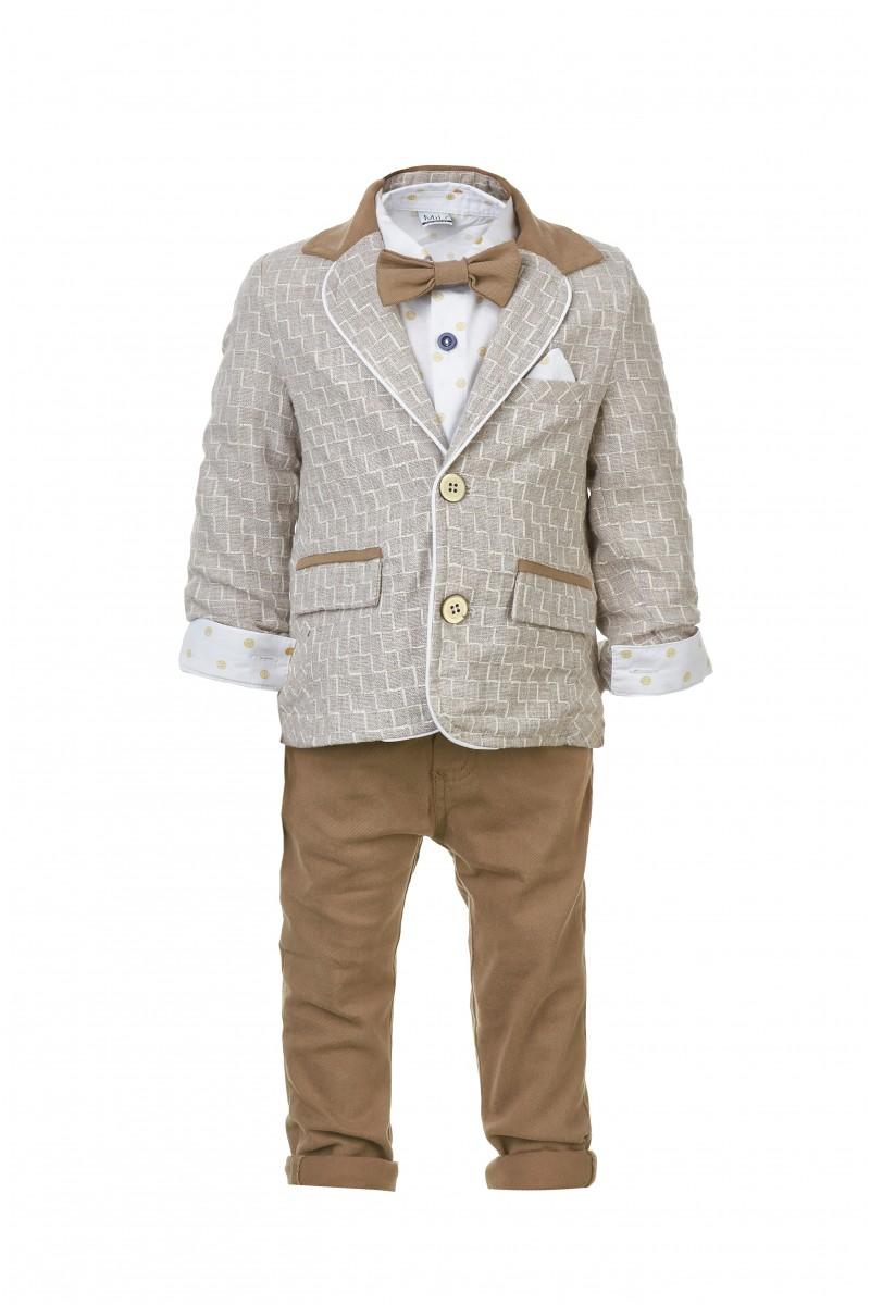 Бежевый костюм с пиджаком и коричневой бабочкой