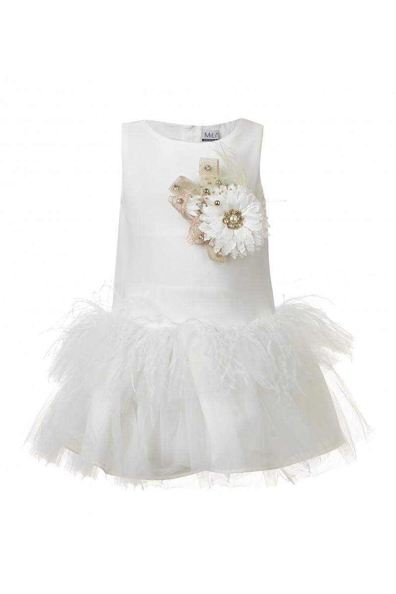 Модное платье кремового цвета с объёмной брошью