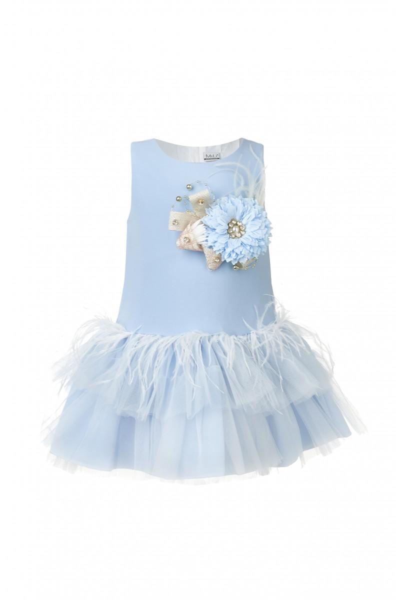 Модное платье голубого цвета с объёмной брошью