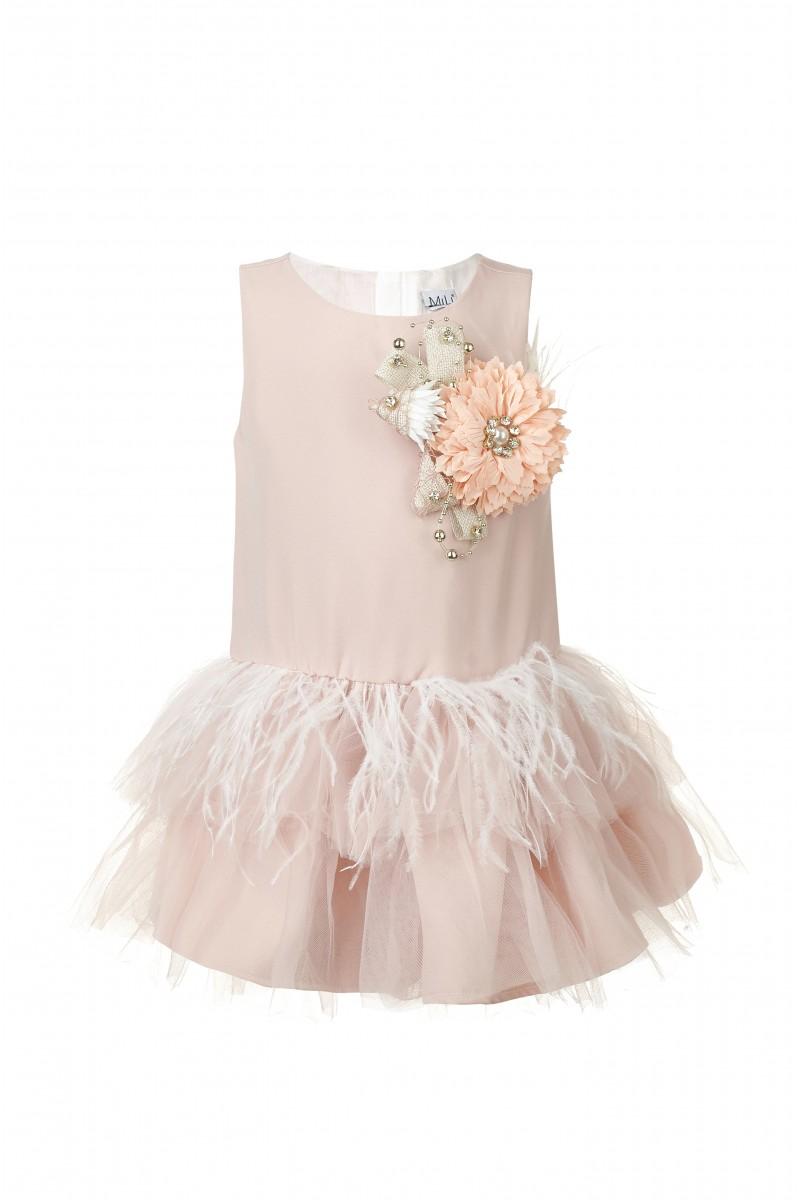 Модное платье розового цвета с объёмной брошью